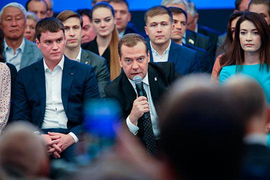 «Медведев больше не «русский Обама». Он теперь Путин 2.0 или Путин 2 с половиной. Но перспективы Медведева не от него зависят. Он кандидат консенсуса и договоренностей»