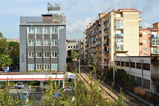 В Неаполе можно увидеть многоэтажные жилые дома, стоящие вплотную к железной дороге
