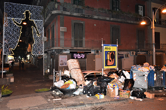 Залежи мусора на улицах исторического центра Неаполя мало кого смущают