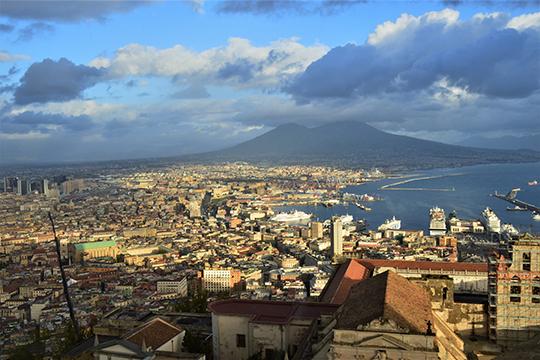 Панорама Неаполя на фоне Везувия
