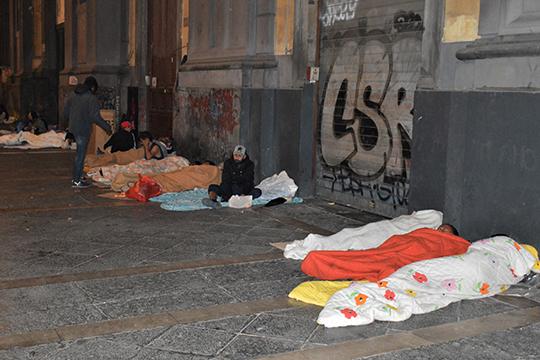 Спящие мигранты на одной из улиц Неаполя