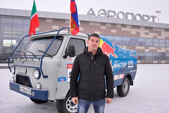 «УАЗ-3303», стилизованный под гоночный грузовик, собрал житель Тольятти Рифат Калимуллин. Преданный фанат «синей армады» самостоятельно пригнал свою разработку в автоград