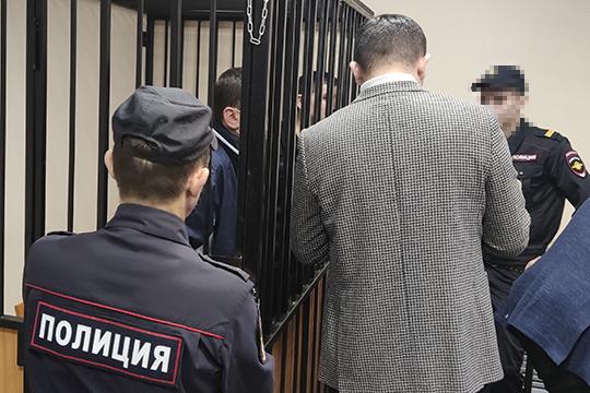 Заляловых поместили в клетку, которую обступили полицейские, скрыв подсудимых от взглядов слушателей процесса