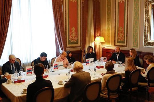 За круглым столом собралось около десятка гостей и представителей СМИ