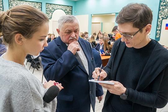 Концепцию реконструкции бульвара на суд представителей многочисленных ТОСов и просто активных жителей микрорайона представил Алмаз Валиуллин (справа)