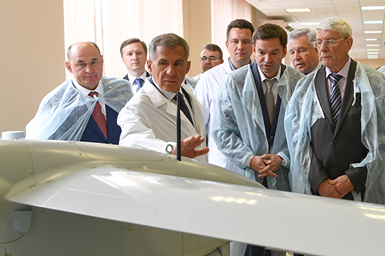 Для ОПК кредитование под закупку оборудования, под инвестиционные вещи, должно быть по минимальной ставке, уверен гендиректор казанского завода «Электроприбор» Павел Шацких (третий справа )