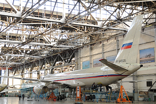 «У Казанского авиазавода объемы мизерные, а производственные мощности рассчитаны на то, чтобы клепать десятки больших самолетов в год... По современным меркам все это ужасно неэффективно»