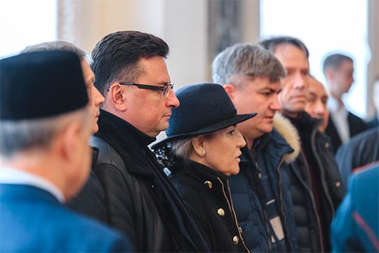 Вместе спредседателем ВСРТнаши корреспонденты заметили еще несколько видных представителей судебного сообщества РТ, вчисле которых зам Гилазова,бывший следователь изампрокурора НижнекамскаМаксим Беляев (слева)