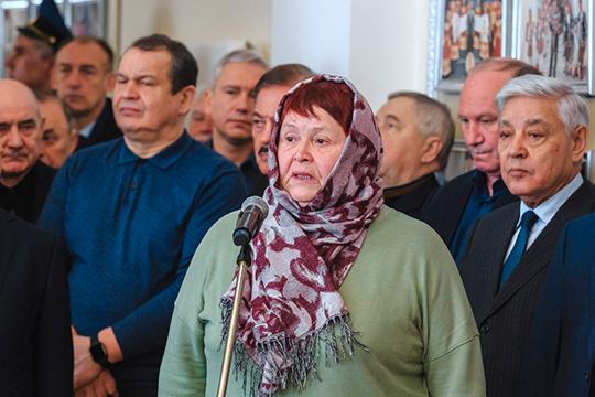 Среди желающих выступить оказалась одна женщина— жительница Алнашского района Удмуртии. Она принесла соболезнования отимени друзей, соседей, одноклассников Амирова