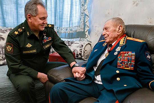 Судя по всему, последнее появление на публике Язова было всего три недели назад, когда военачальника посетил нынешний министр обороны РФ Сергей Шойгу