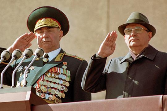 Период пребывания Язова (слева) на посту министра оказался сложным для армии. Руководство СССР во главе с Михаилом Горбачевым (справа) проводило политику сокращения ядерного вооружения