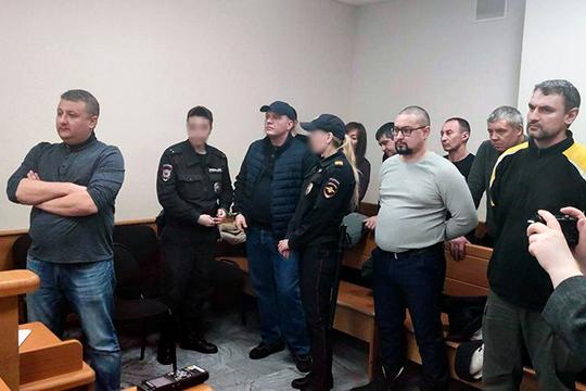 Поддержать Романа Пахомова и Евгения Рафикова во время чтения приговора пришли коллеги и родственники