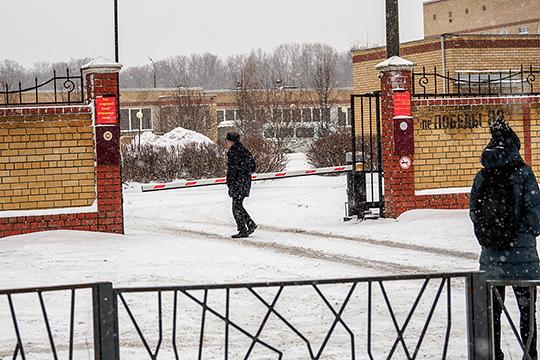 Попасть на территорию больницы, полностью обнесенную железным забором, можно только через один вход — точнее, въезд