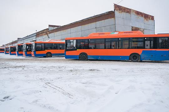 Из 190 принятых в начале февраля автобусов на ходу оказалось не более 50-ти, причем многие машины на момент приемки оказались завалены сугробами, снег найден даже в салонах