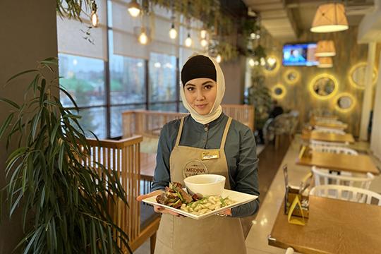 Medina Food на Амирхана, 69а по праву можно назвать лаундж-кафе со всеми необходимыми атрибутами: уютная обстановка, панорамный вид, высокие стандарты сервиса и самая большая игровая комната из всей сети