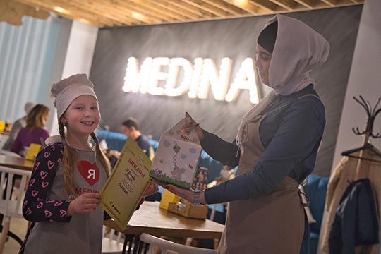Подумали в Medina Food и о самых юных гостях и ввели детское меню, в котором особое место занимает комбо-набор Medina-Kids. В него входит все, что любят дети: чизбургер, картошка фри, соус, фирменный морс и игрушка