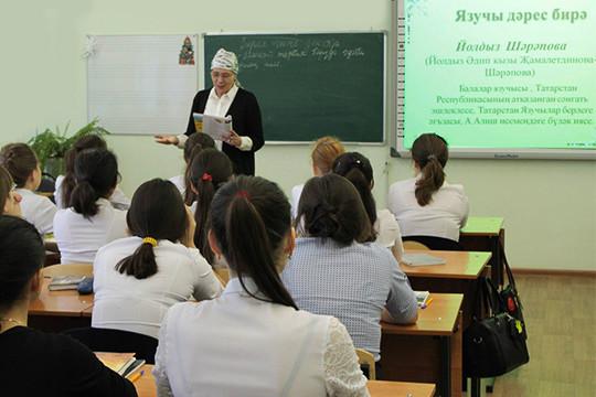 По словам одного из учителей татарского языка, педагогам пришлось переводить на русский не только расписание в электронных дневниках, но и ФГОСы
