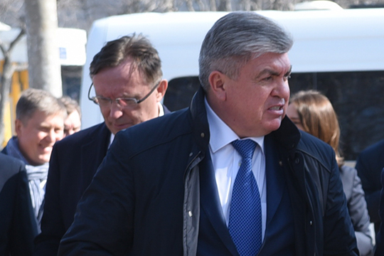 В Челнах сейчас циркулируют разговоры о том, что обострение отношений между городом и КАМАЗом имеет под собой политическую почву — якобы команда Когогина ставит целью демонтировать Наиля Магдеева с поста мэра