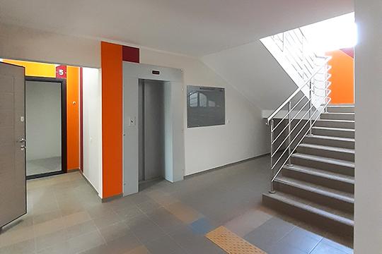 Несмотря на малоэтажность в нем есть лифт. Независимость от отопительного сезона дает жильцам индивидуальный газовый котел. Продаются квартиры в предчистовой отделке