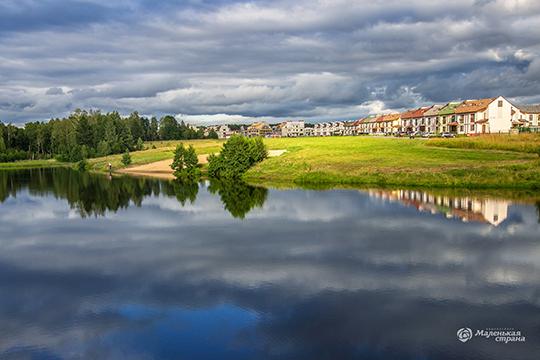 «Маленькая Страна» расположена в 6 км от городской черты, вдоль нацпарка «Нижняя Кама». На территории поселка есть живописное озеро с собственным пляжем