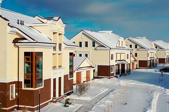 Дома площадью 250 кв.м. продаются сучастками от5 до10 соток игаражами под один или два а/м. Такие дома располагаются насамых дорогих ипрестижных участках земли, обычно свидом налес иозеро