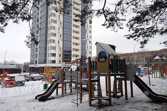 Для самых юных жильцов во дворе установлены игровые площадки, рассчитанные и на малышей, и на подростков, а также спортивные тренажеры