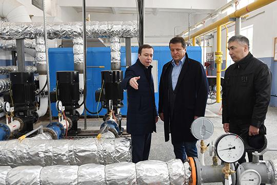 Рустам Абдулхаков (в центре): «Сегодня на каких-то участках тепловых сетей лежат новые трубы, а на каком-то еще держится 40-летняя»
