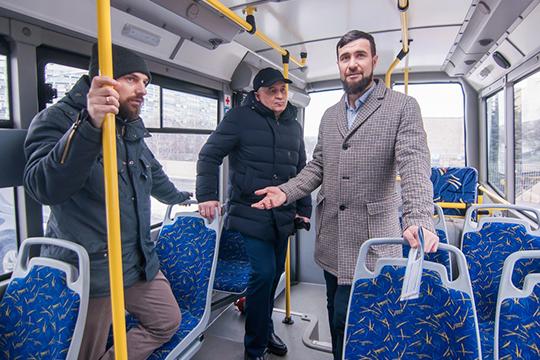 """Павел Виклейн (слева): «Это автобус из категории """"Доступная среда"""" — то есть сзади есть низкопольная площадка для перевозки инвалидов или мамочек с колясками»"""