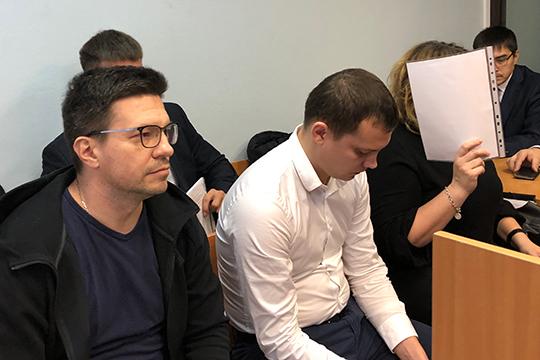 В осуществлении задуманного ей якобы помогал кредитный менеджер Ильнур Сабирзянов (второй слева)