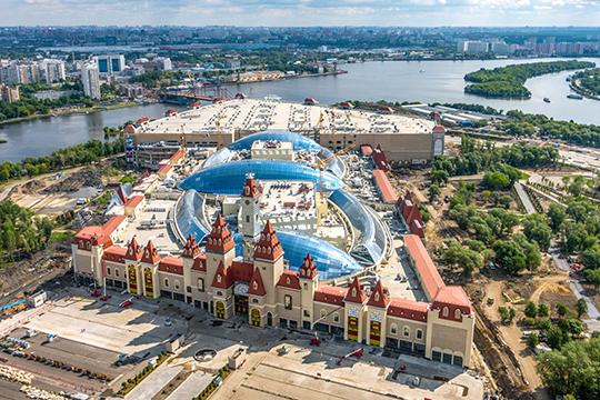 Судя по информации с сайта «российского Диснейленда», он действительно является не только первым в России, но и крупнейшим в Европе крытым тематическим парком. Его площадь составляет почти 240 тыс. кв. метров