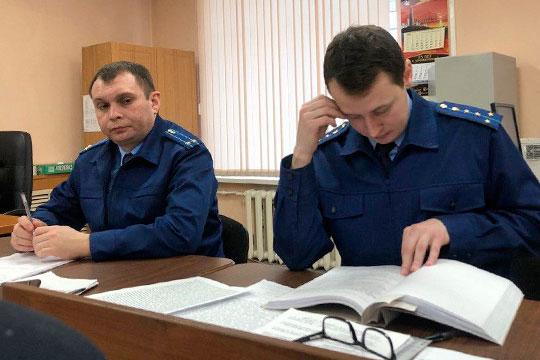Динар Чуркин, гособвинитель (справа), спросил, не смущала ли Дербенева сумма кредита, которую берет организация с одним единственным сотрудником — самим директором?
