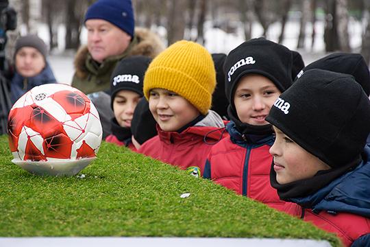 «С ноября по март включительно детям негде тренироваться. А в Исландии у каждого ребёнка в пешей доступности есть полноразмерный манеж. Где будут развиваться футболисты?»