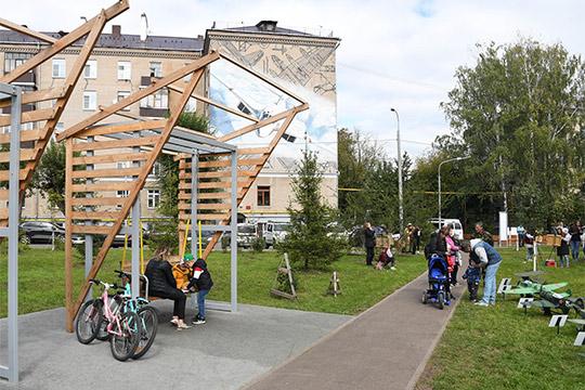 «Двор — это среда обитания, кусочек городской инфраструктуры. Качество жизни населения, конечно, не только от состояния двора зависит, но все-таки это достаточно важный фактор»