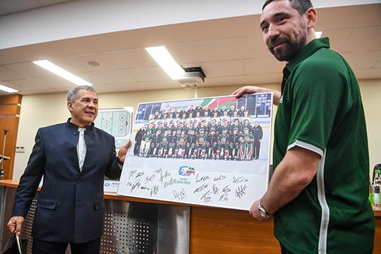 Зарипов подарил Минниханову командное фото в рамке с подписями всех игроков