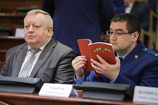 Правоохранительное сообщество Татарстана обсуждает возможный уход военного прокурора Казанского гарнизона Андрея Сысолятина (слева)