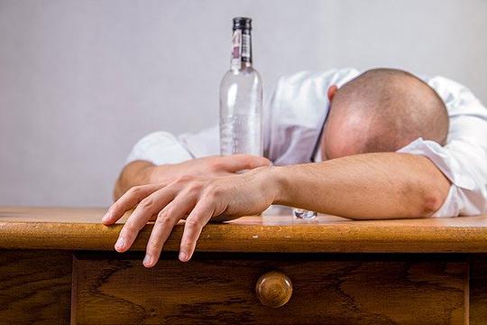 «Чем алкоголизм депутата Васи отличается от алкоголизма сварщика Пети? Ничем. Да, у него выше интеллект, больше результатов по жизни, но с точки зрения зависимости разницы нет»