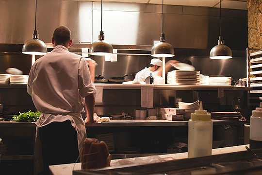 Количество сотрудников, работающих в ресторане для создания единицы продукта, зарабатывания одного рубля, превышает все другие отрасли. У нас слишком много цехов на кухне, станций и рабочих мест в зале