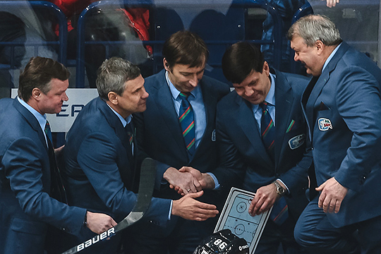 Место тренера вратарей занимает Сергей Абрамов (справа), но при этом много времени с вратарями работает и Игорь Горбенко (первый слева)