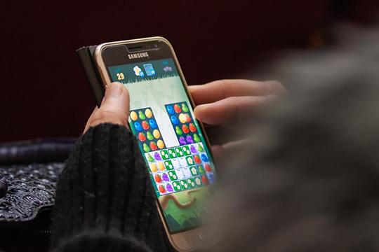 «В мире уже много примеров, когда смартфоны становятся причиной трагедий, из-за того, что люди, отвлекаясь на гаджеты, теряют бдительность», — утверждает Сафин