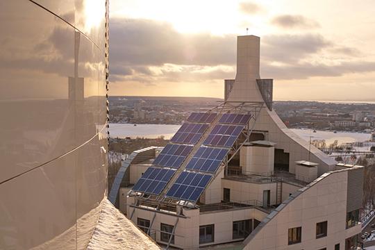 Впервые в республике солнечные панели используются в высотном строительстве, а вернувшихся домой владельцев встречает та самая «Алиса Яндексовна»: она и чайник поставит к вашему приходу, и свет включит