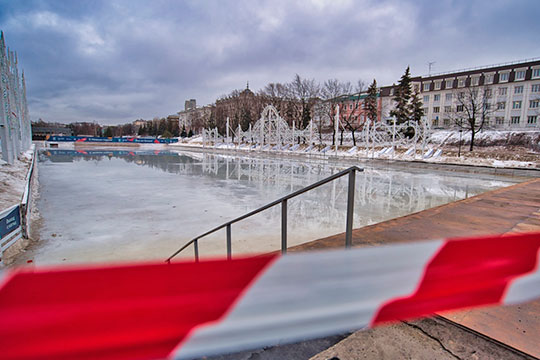 Как сообщили корреспонденту «БИЗНЕС Online» в дирекции парков и скверов Казани, из-за аномально теплой погоды каток в парке «Черное озеро» закрывается. За зиму он периодически приостанавливал работу