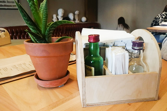 Накаждом столике— растение: где-то это алоэ, где-то— кактус. Соль иперец пересыпаны внебольшие бутылочки из-под алкоголя