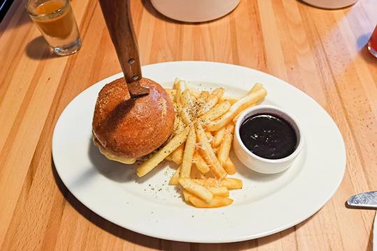 ФирменныйDaft-бургер ссоусом «Черничный барбекю»