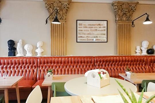 Основа всего интерьера— светло-коричневые столы, стулья иполки производства местной дизайнерской студии Yaratam (напоминает стилистику «Ранней пташки» и«Смородины»)