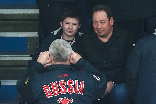 Камеры на арене несколько раз выхватывали нового главного тренера «Рубина» Леонида Слуцкого