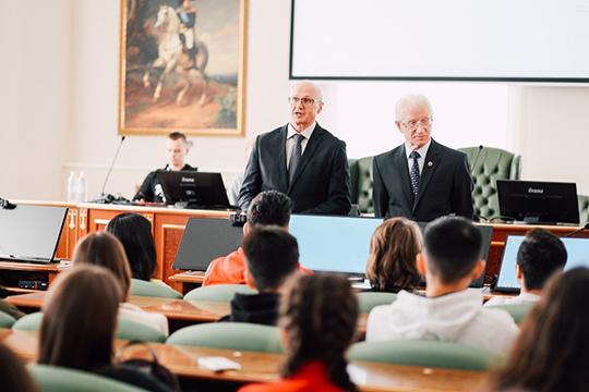 Яков Яковлевич Гришин (справа) подготовил не одно поколение студентов. Почти шестьдесят лет назад он связал свою жизнь с Казанским университетом, где трудится и поныне