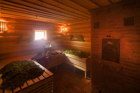 Почувствовать немузейную, анастоящую живую атмосферу крестьянского дома можно возле дровяной печи вИзбе, аощутить себя столбовым дворянином— вУсадьбе