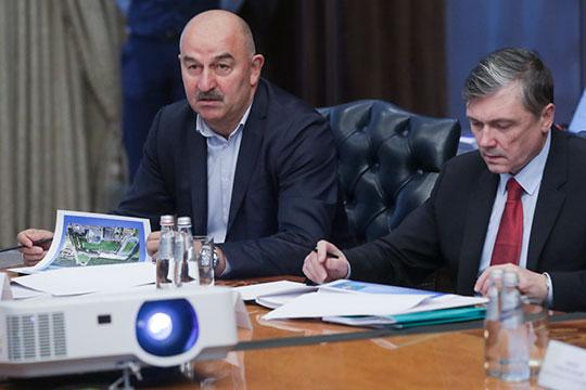 На заседании Станислав Черчесов (слева) выступил с докладом о подготовке команды к Евро-2020 и итоги состоявшейся накануне жеребьевки Лиги наций