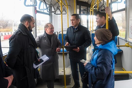 Марат Галиахметов (третий слева):«Охорошей организации работы маршрута говорят наши пассажиры, анемы!»