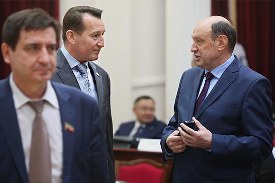 ВТатарстан Хамитов(справа)приехал в2004 году.В 2014 года его представили депутатам Госсовета РТуже вкачестве нового руководителяУФСБ поРТ